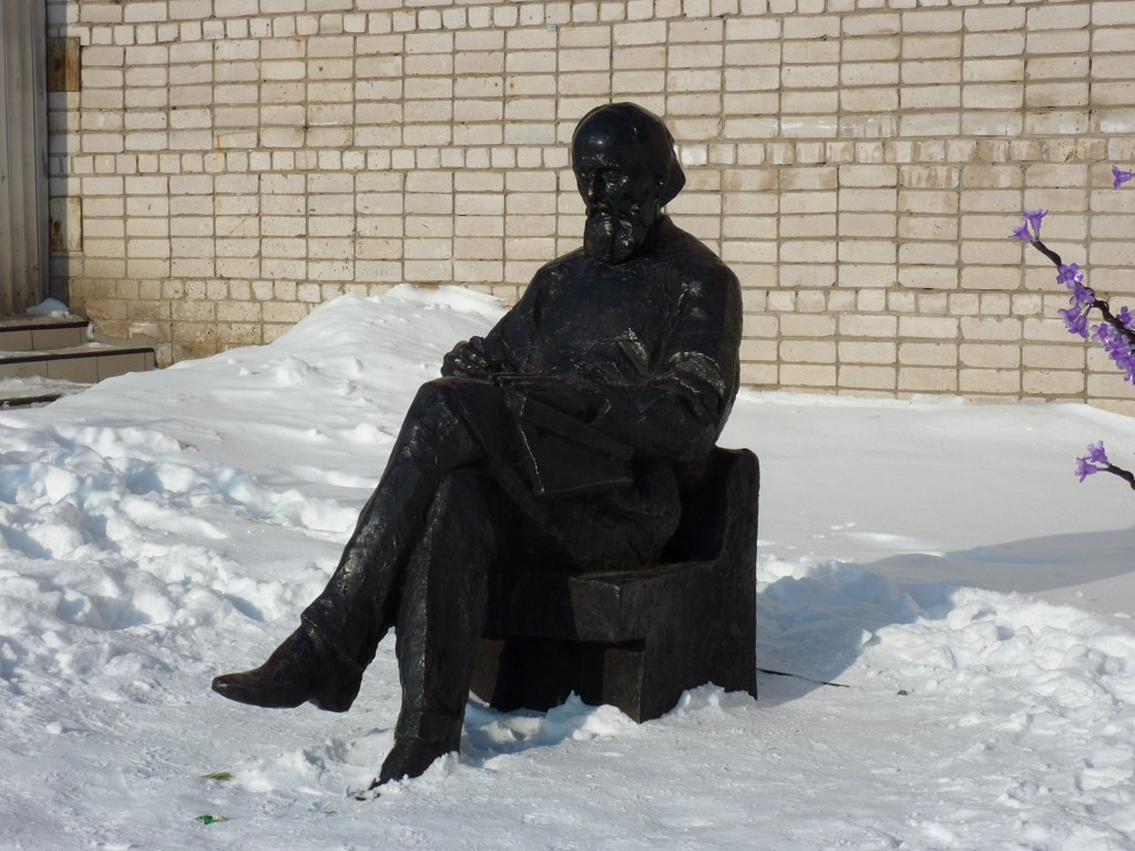 Памятник К. Э. Циолковскому около Дома Творчества