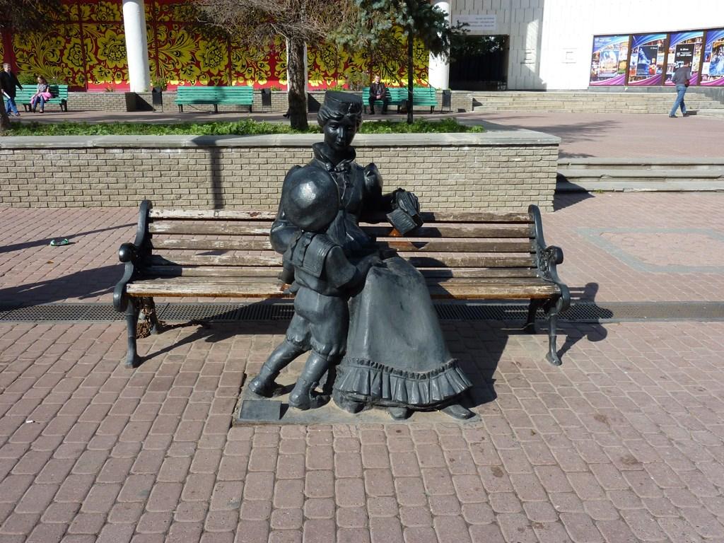 Нижний Новгород, улица Большая Покровская, скульптура «Дама с ребенком»