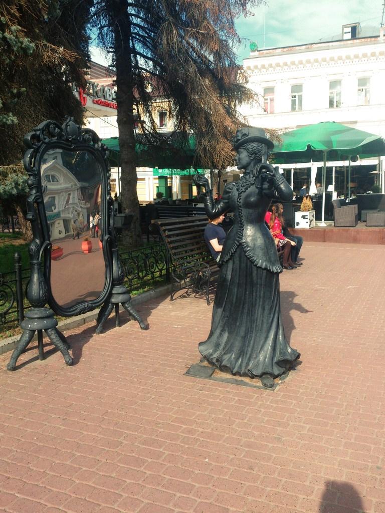 Нижний Новгород, улица Большая Покровская, скульптура «Красотка у зеркала»